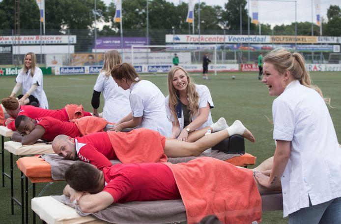 Een openluchtmassage voor de voetballers van DOVO.