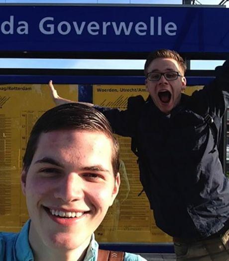 Treingekke studenten maken selfies op alle 404 stations
