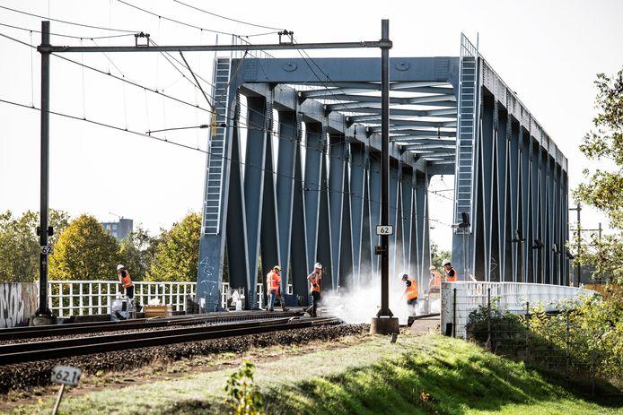 Spoorwerkzaamheden aan de spoorbrug over het Maas-Waalkanaal bij Nijmegen.