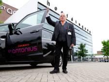 'Belbus-opa' Joop (74) rijdt al vijf jaar 'zijn' patiënten naar het ziekenhuis: 'Ik praat nou eenmaal graag'