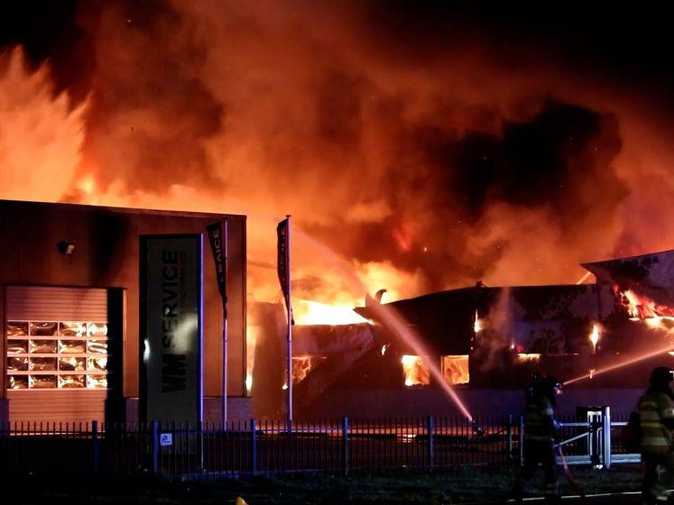 Uitslaande brand verwoest bedrijfspand in Swifterbant