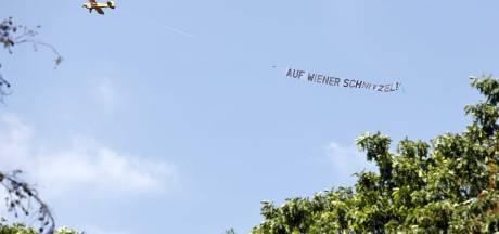 Opnieuw vliegtuigje bij training Oranje: Auf Wiener Schnitzel!