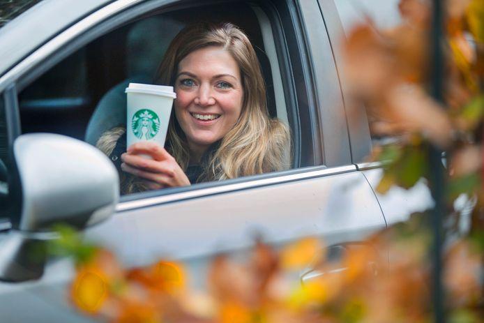 Laura van Baalen geniet van een koffie van Starbucks. Ze is vast van plan om straks ook van die bekers te halen in Bleiswijk en Naaldwijk.