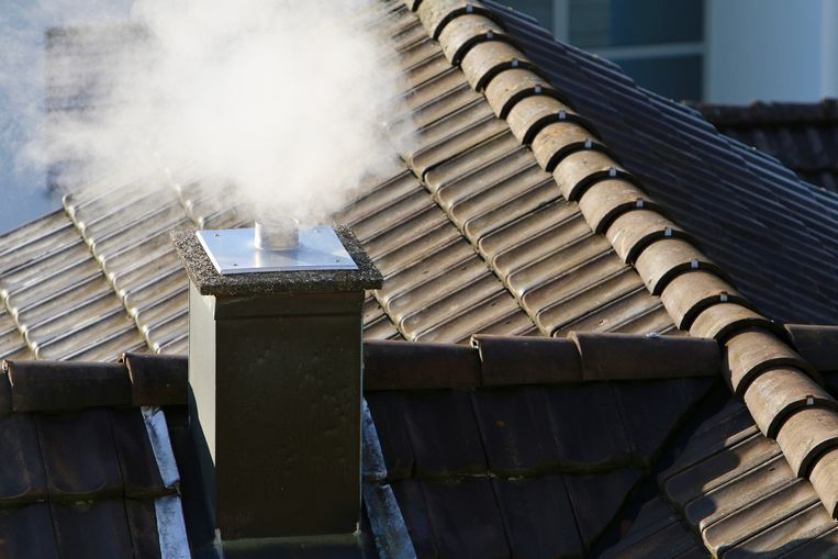 """De Vlaamse Milieumaatschappij zegt dat elk jaar duizenden Vlamingen vroegtijdig overlijden door fijnstof en andere schadelijke deeltjes. """"Maar liefst 41% van dat fijnstof is afkomstig van onze verwarmingsinstallaties, voornamelijk van kachels en haarden. Meer nog: iedereen binnen een straal van 200 meter van je woning ademt fijnstof in."""""""