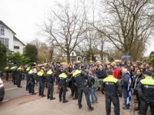 Duizend demonstranten lopen 'mars van menselijke verbinding' door Baarn, ook Willem Engel loopt mee
