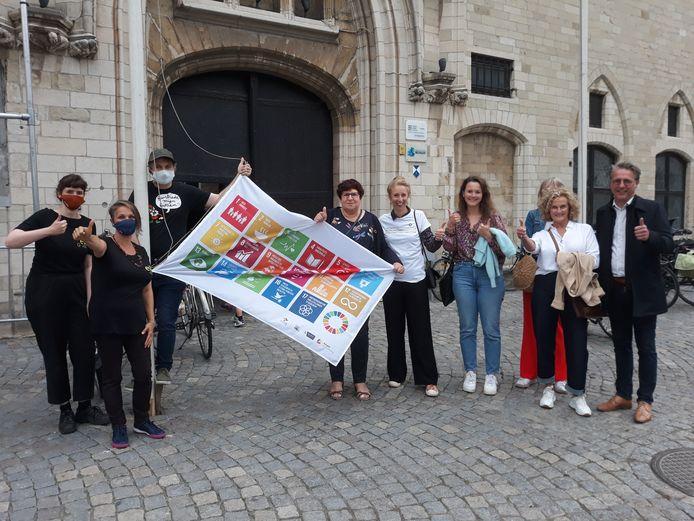 De duurzame helden 2021 hijsen de SDG-vlag.