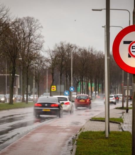 Afplakken verkeersborden in Nieuwleusen 'eerste actie' voor meer veiligheid op N377