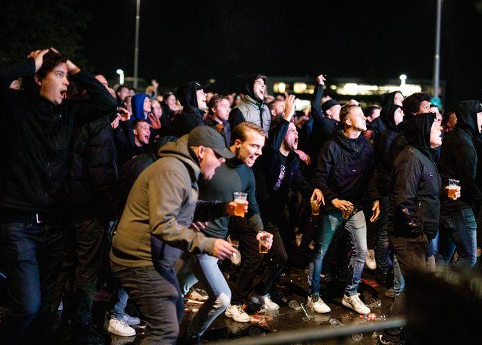 Willem II-fans op het Olympiaplein, waar diverse coronaregels werden overtreden.