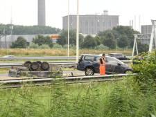 Aanhanger met zand belandt ondersteboven op snelweg bij Utrecht, verkeer loopt vast