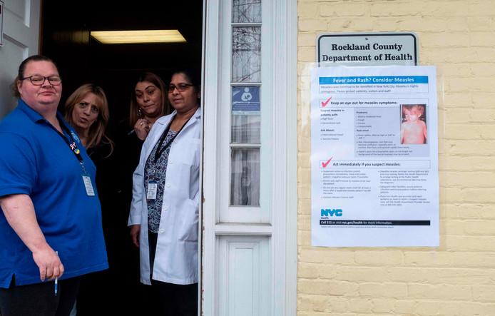 Verpleegkundigen van het Rockland County Health Department, waar inwoners terecht kunnen voor vaccinaties.