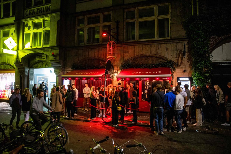 Wachtende feestvierders voor de club La Boucherie in Kopenhagen in de nacht van 2 op 3 september. Beeld AFP