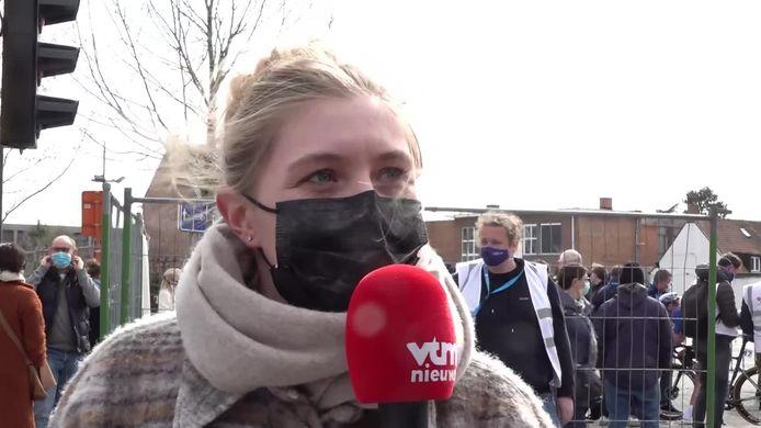 Sarah De Bie na de zege van Wout van Aert.