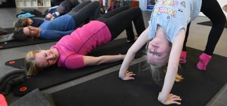 Yoga met je kind in Beusichem: 'Ze vinden het heel interessant'