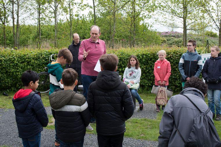 Bas van Esch van jeugdschaakclub Magnus geeft kinderen in het Máximapark gratis les.  Beeld Annabel Miedema