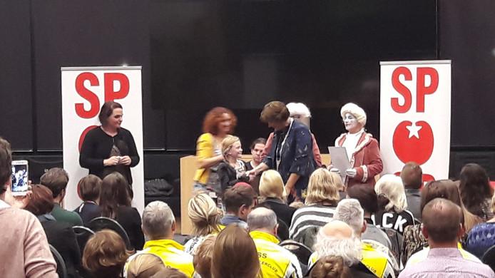 Melle krijgt haar lintje van burgemeester Wobine Buijs