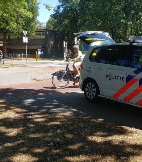 Fietser naar ziekenhuis gebracht na botsing met auto op rotonde