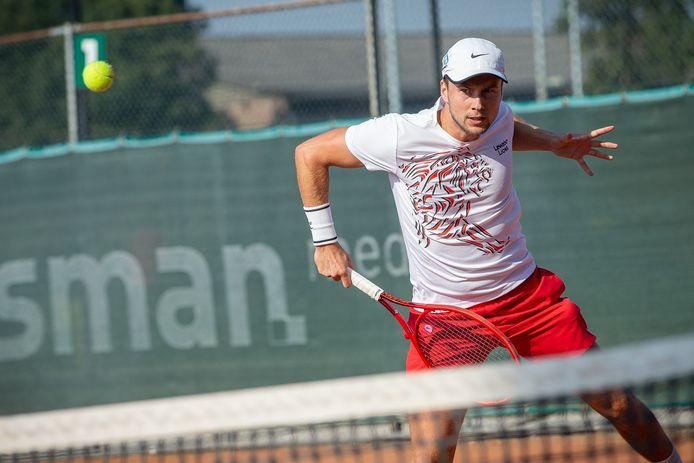 Vincent van den Honertin actie voor het eredivisie-tennisteam van Lewabo.