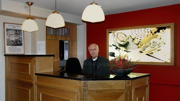 Fred Stoeltie, in 2004 achter de receptie van de diamantair in de Wagenstraat. Beeld Stadsarchief Amsterdam