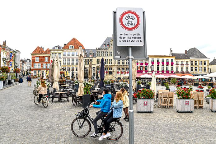 Na jarenlang gesteggel hangen er nu borden bij de Grote Markt in Bergen op Zoom die aangeven dat er tussen 12.00 en 22.00 uur niet gereden mag worden met fietsen en brommers