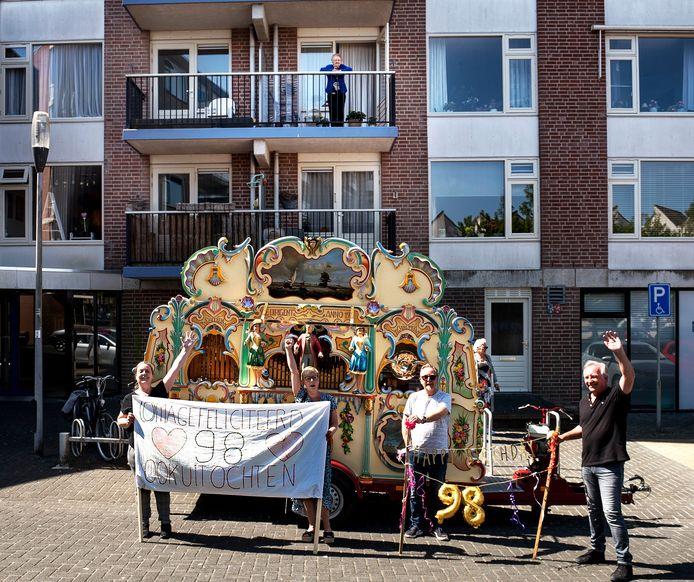 Reina van Doorn (98) wordt verrast op haar verjaardag. Ze staat veilig op haar balkon.