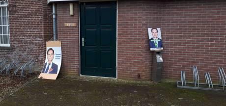 Verkiezingsborden vlakbij de ingang van het stembureau, mag dat eigenlijk wel?
