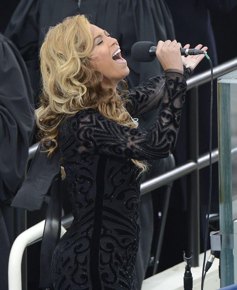 Beyoncé zingt het volkslied tijdens de inauguratie van president Obama. Beeld epa