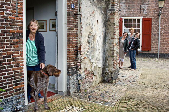 Ineke Hylkema in de deur van haar woning bij De Koppelpoort.