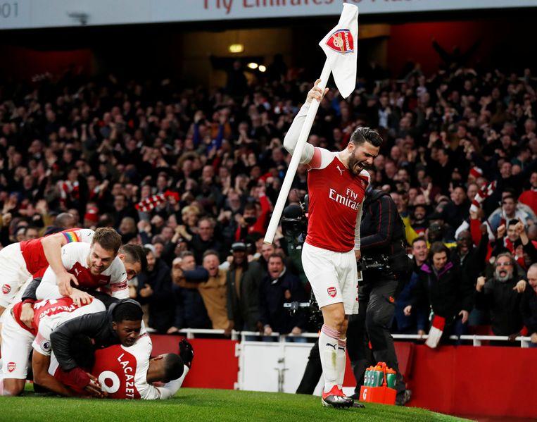 Terwijl Arsenal de 3-2 van Lacazette viert, trekt Kolasinac de cornervlag even uit het gras.