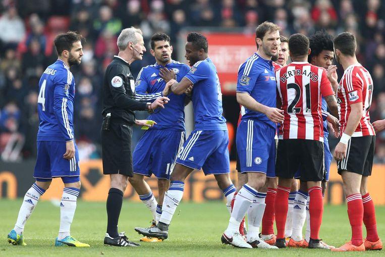 Chelsea-speler John Obi Mikel moet zijn teamgenoot Diego Costa in bedwang houden. Beeld afp