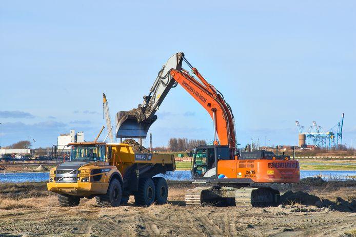 In Zeebrugge is een aannemer gestart met de aanleg van het bouwdok waar de constructie van de betonnen tunnelelementen zal gebeuren.