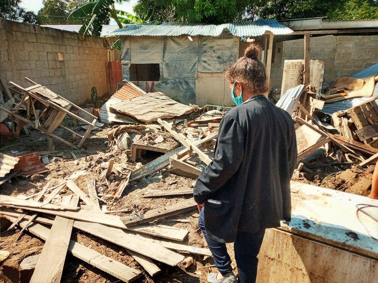 María Ivette bij de resten van haar huis, dat werd verwoest door tropische stormen in het noordwesten van Honduras. Beeld Joost de Vries