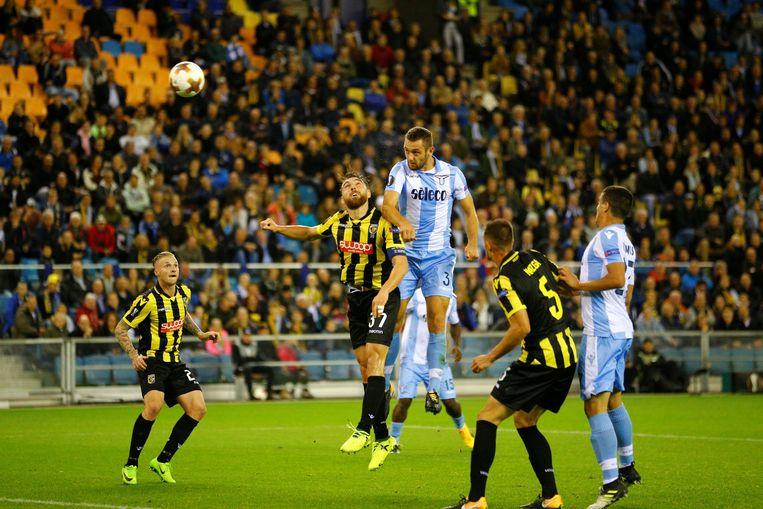 Lazio Roma-verdediger Stefan de Vrij torent boven Vitesse-aanvoerder Guram Kashia uit en kopt net over. Beeld Photo News