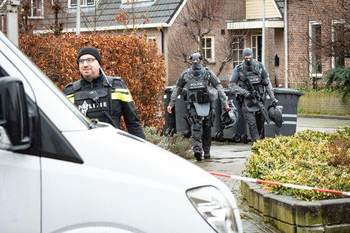 Politie bij de woning waar René S. zijn partner Willeke om het leven bracht en vervolgens zichzelf doodde. De man was een politieman van de Landelijke Eenheid.