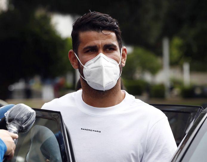 Diego Costa meldt zich met mondkapje bij de rechtbank/