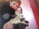 Naast het werk geniet Nele vooral van haar gezin. Hier poseert ze met dochter Lien en een pasgeboren lammetje.