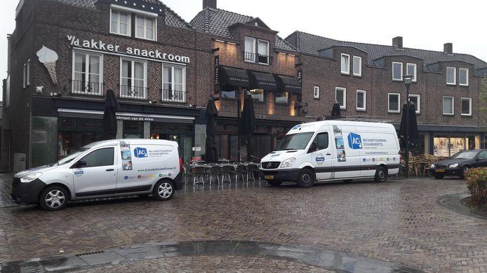 Een herstelbedrijf is druk bezig bij Jansen & Jansen in Schijndel.