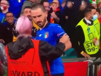 Vierende Bonucci staande gehouden door steward, die denkt dat Italiaanse krijger een 'pitch invader' is