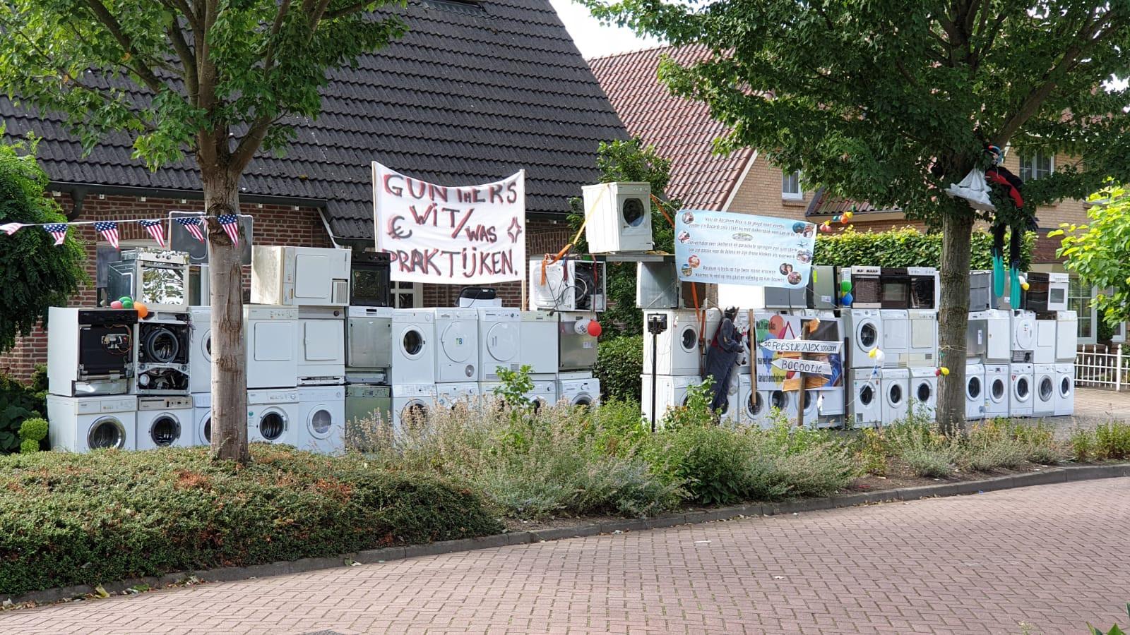 50 wasmachines in de voortuin van deze Abraham