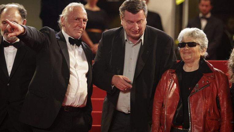 Vlnr acteur Blondin Miguel regisseur Aki Kaurismaki en acteur Little Bob arriveren voor de vertoning van Le Havre op Cannes. Foto AP Beeld
