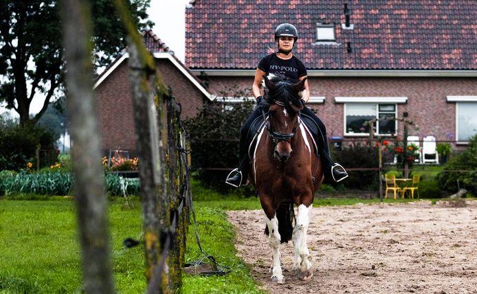 Noortje van Muijlwijk (19) met de 10-jarige Fidel, het paard van haar nicht. Noortje is al een tijd op zoek naar een eigen paard, maar door de grote vraag wil dat nog niet lukken.