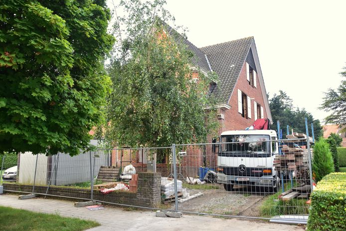 Het arbeidsongeval vond plaats op de oprit van het huis in het Beverlaaihof in Kortrijk dat momenteel gerenoveerd wordt door de aannemer.