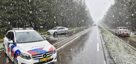 Onopvallende politieauto botst met personenauto in Esbeek