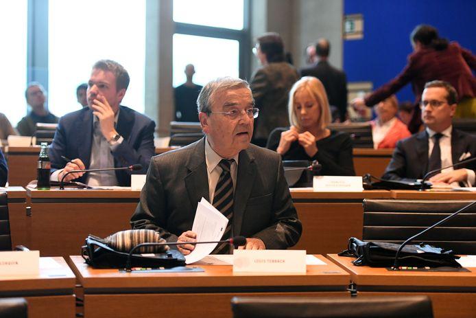 Louis Tobback toont zich in tegenstelling tot sommige andere provincieraadsleden een aandachtig lid van de raad.