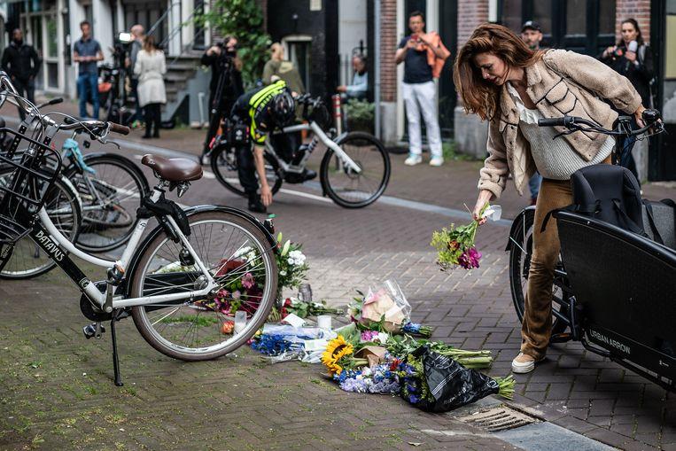 Bloemen bij de plaats delict waar Peter R de Vries werd neergeschoten. Beeld Joris van Gennip