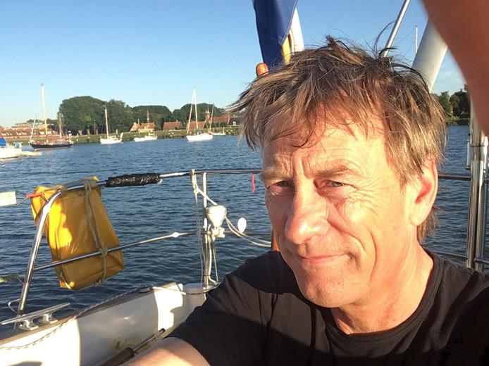 De Nederlandse radio- en televisiepresentator Pieter Jan Hagens neemt binnenkort een seizoen vrij voor een reis naar Suriname. Maar niet zomaar een reis; Hagens maakt met zijn zeilboot een reis naar Suriname.