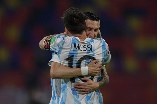 Lionel Messi en Angel Di Maria vieren de openingstreffer van Argentinië, na een strafschop van Messi.