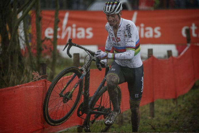 Van der Poel finisht als eerste in de veldrit in Essen.