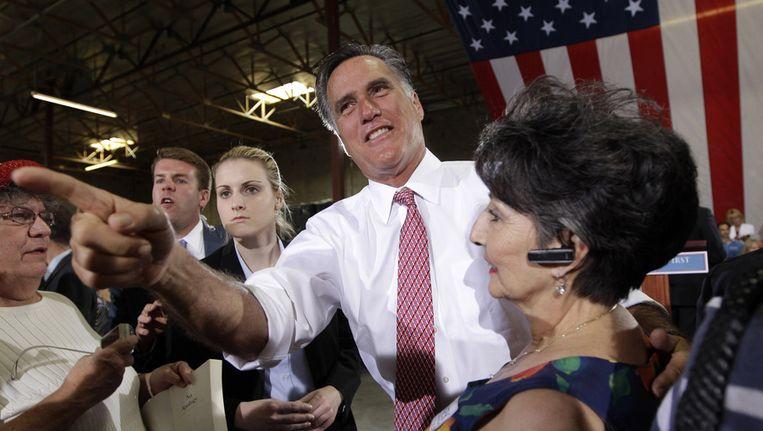 Mitt Romney gisteren in Las Vegas, omstuwd door aanhangers. Beeld ap