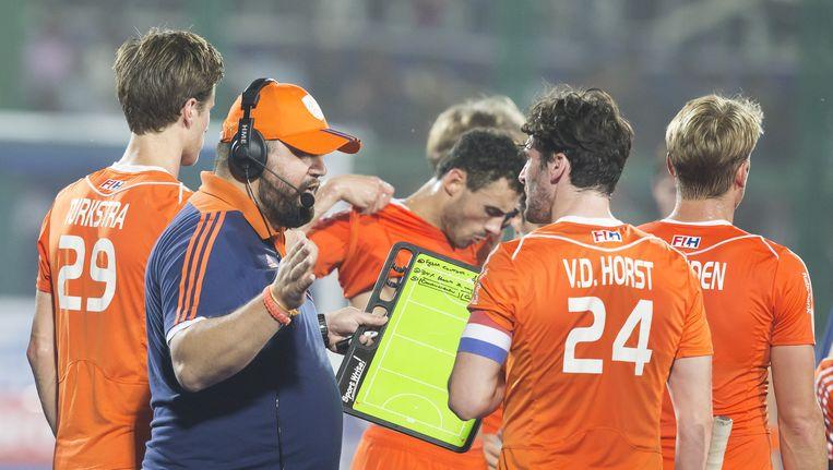coach Max Caldas (Ned) overlegt met Robert Van Der Horst (Ned) tijdens de kwartfinale tussen de mannen van Australie en Nederland in het Hockey World League finaletoernooi (2015). Beeld anp