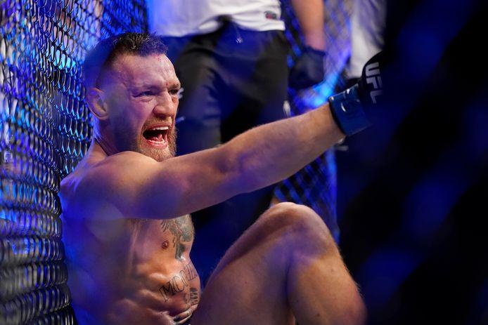 Conor McGregor schreeuwt terwijl hij op de mat zit na een blessure tijdens zijn lichtgewicht mixed martial arts-gevecht met Dustin Poirier bij UFC 264 op zaterdag 10 juli 2021 in Las Vegas.